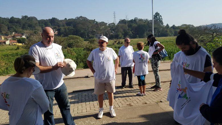 Voluntários realizam mutirão para limpeza da ciclovia de Ibiúna