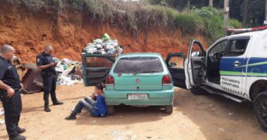 GCM de Ibiúna prende dois homens tentando vender carro furtado
