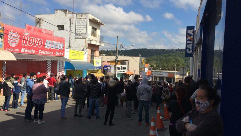Grande aglomeração em fila para saque do auxílio emergencial em Ibiúna